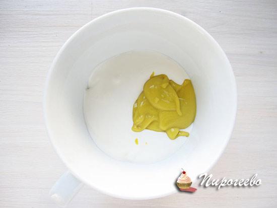 Добавляем горчицу в сметану и смешиваем