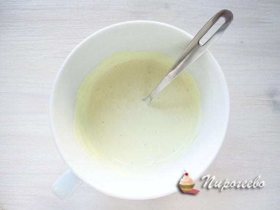 Смешиваем сметану и горчицу для получения соуса