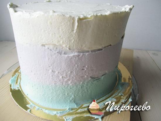 Выравниваем торт кремом в трех цветах