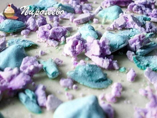 Разноцветные меренги в торте