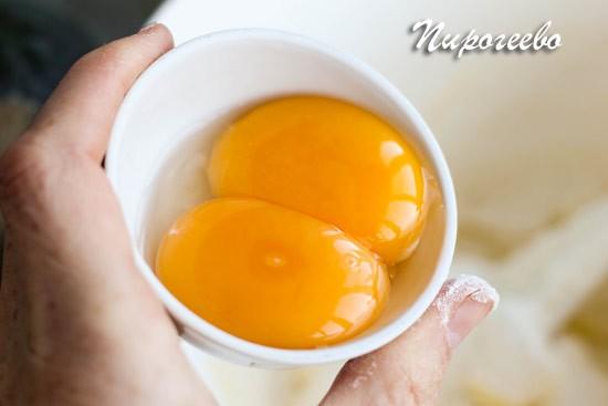 Желтки отделяем от белков и отправляем в тесто