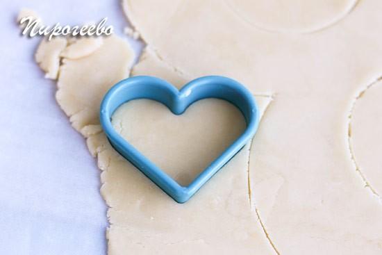 С помощью формы выдавливаем сердечки из остатков теста