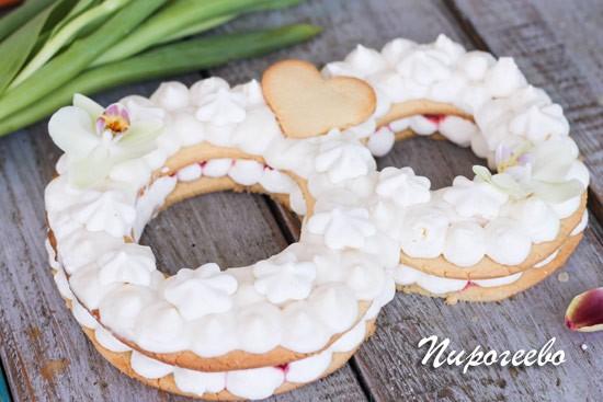 Торт Цифра может быть украшен цветами и печеньем