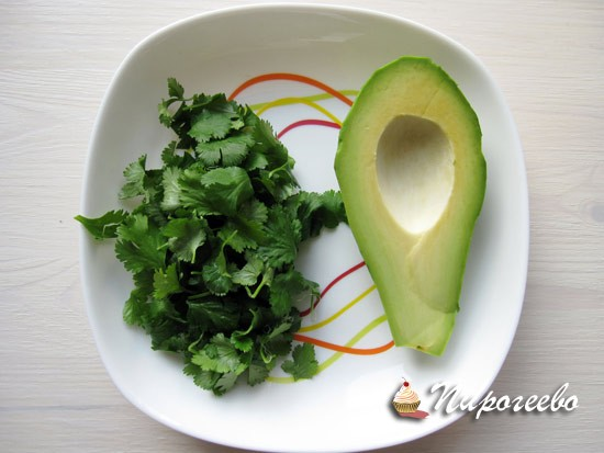 С петрушки обрываем листики и разрезаем авокадо