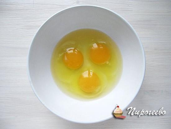 Разбиваем яйца в миску и размешиваем вилкой