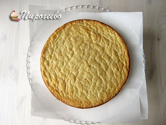 Выкладываем корж на блюдо, на котором будем подавать торт