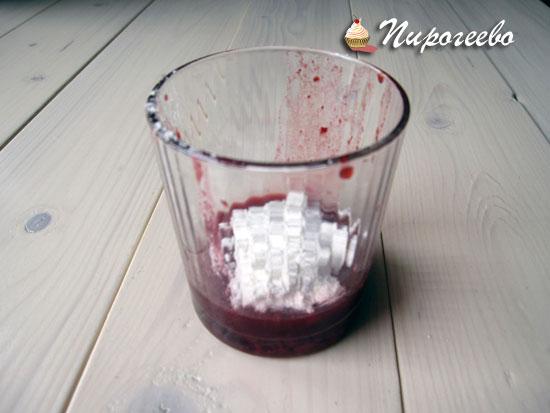 Добавляем сахарную пудру к ягодному соку