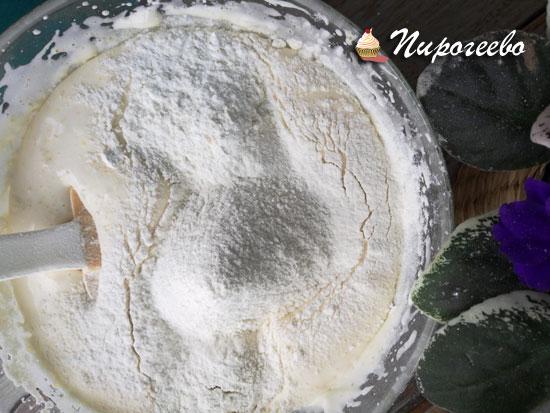 Чтобы бисквит получился воздушным, муку вмешиваем осторожно