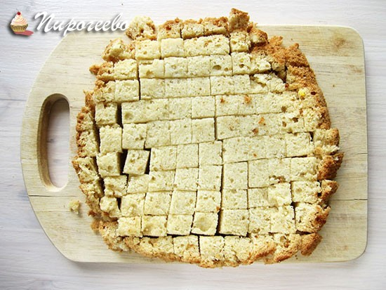 Порезать бисквит на небольшие кусочки