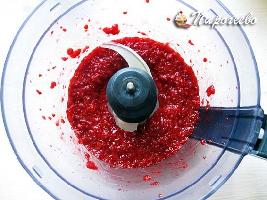 Пюрируем малину с помощью блендера