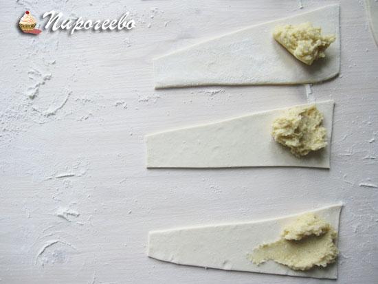 Выкладываем начинку на тесто и разравниваем ложкой