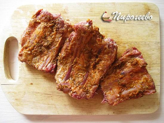 Натираем этой смесью кусочки мяса