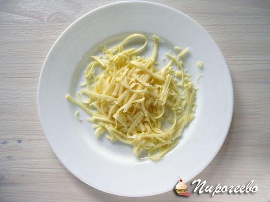 Натираем сыр на терке для приготовления чипсов