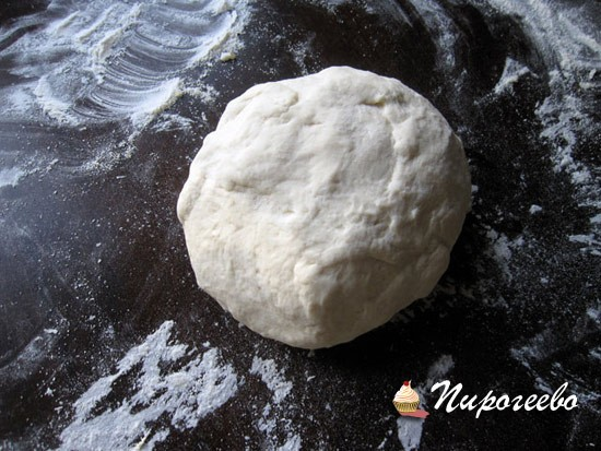Получается мягкое и очень воздушное тесто для пиццы