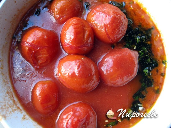 Размять консервированные томаты вилкой