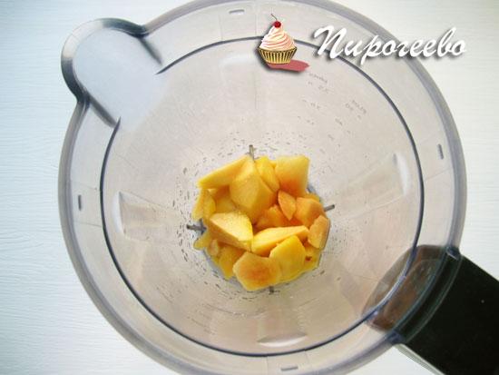 Оставшуюся мякоть персика пюрировать блендером