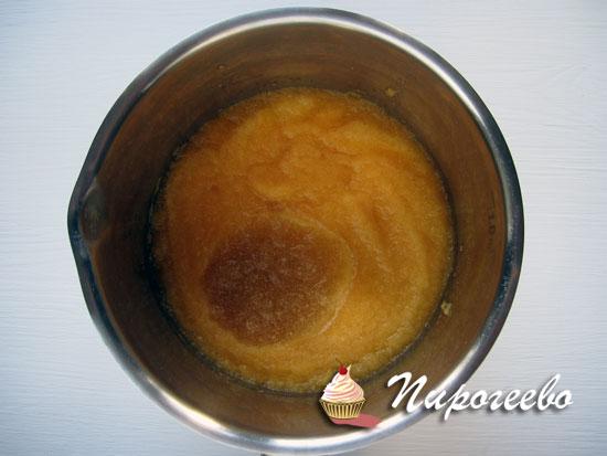 Измельчить кусочки персика в однородное пюре