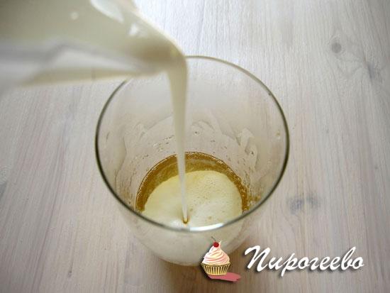 Наливаем сливки в распустившийся желатин
