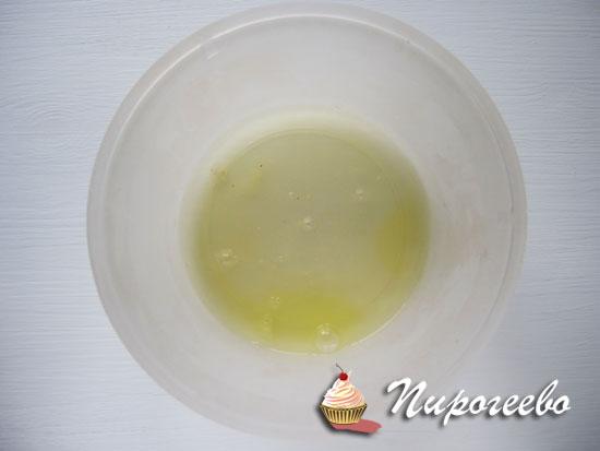 Взбить яичные белки с помощью миксера
