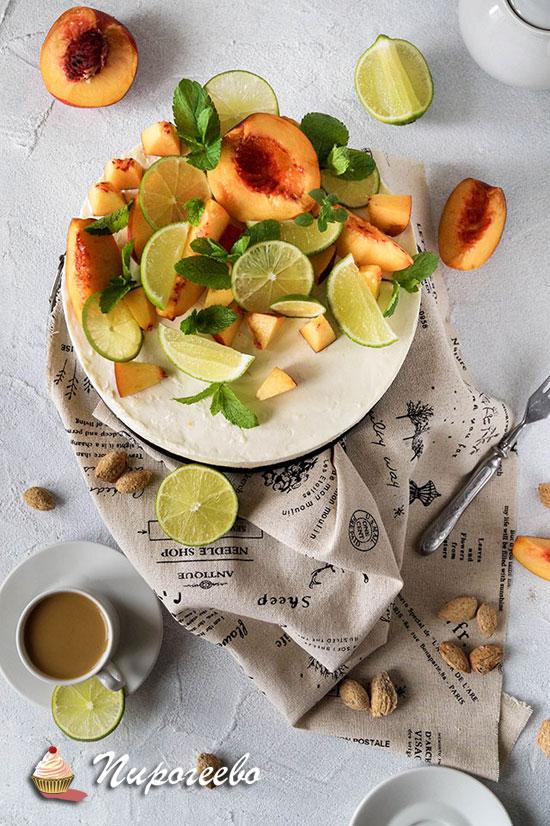 Вкусный чизкейк на миндальной основе с персиками и лимоном