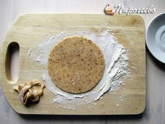 Раскатываем тесто для галеты