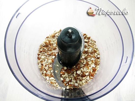 Измельчаем миндальные орехи в блендере