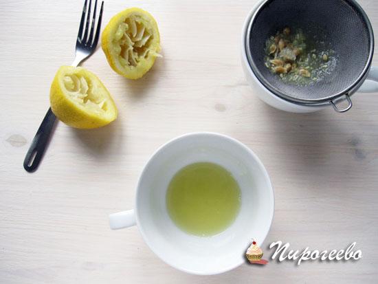 Выжимаем сок лимона и избавляемся от косточек