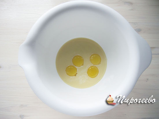Яйца смешиваем со сгущенным молоком