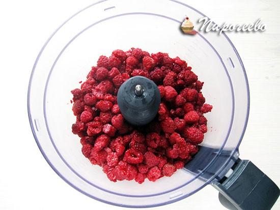 Перекладываем ягоды малины в чашу блендера