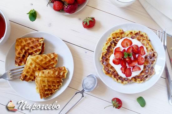 Творожные вафли с клубникой