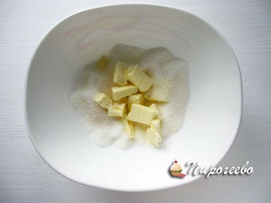 Сливочное масло взбить с сахарным песком в пышную массу