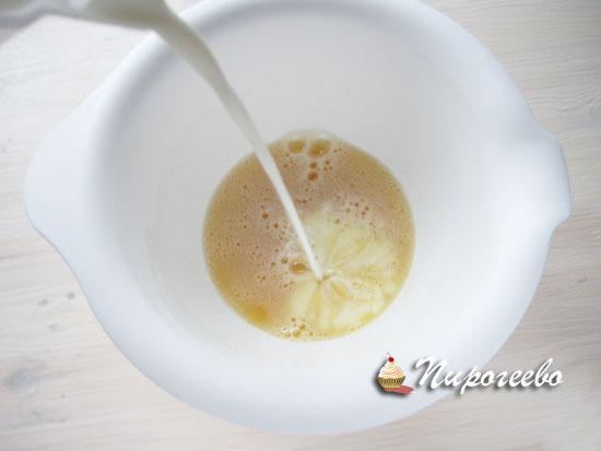Влить молоко к тесто для блинчиков