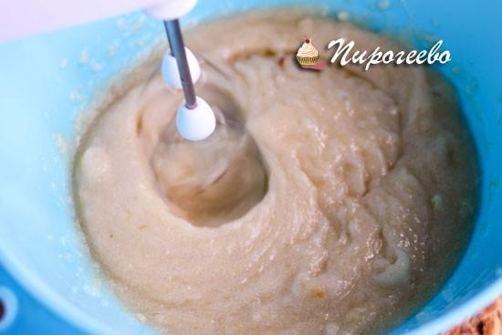 Начинаем взбивать с помощью миксера яблочное пюре с белками