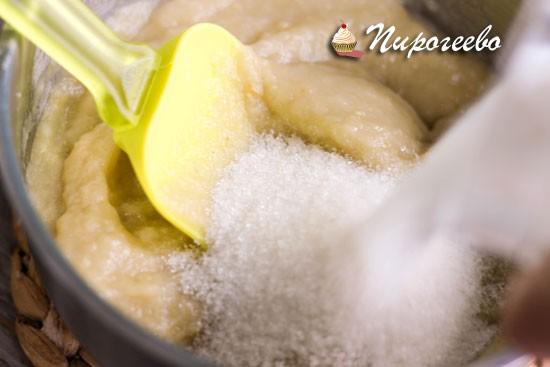 Добавить сахарный песок в яблочное пюре