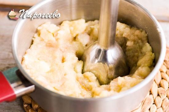 Пробить яблочное пюре с помощью погружного блендера