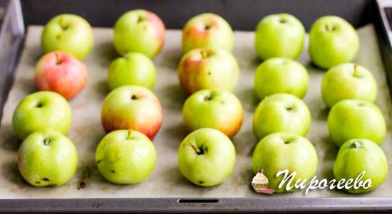 Запечь яблоки в духовом шкафу до мягкости