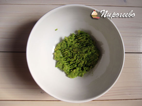 Измельчить авокадо с помощью вилки