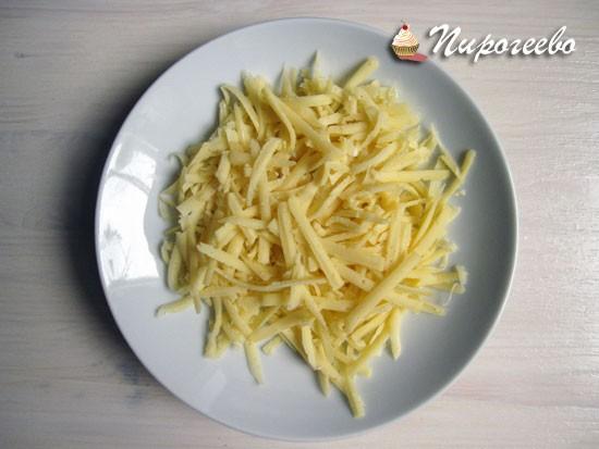 Натереть сыр на средней терке