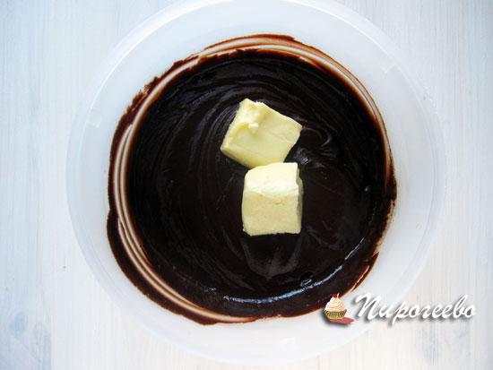 Добавить размягченное сливочное масло в горячий шоколад
