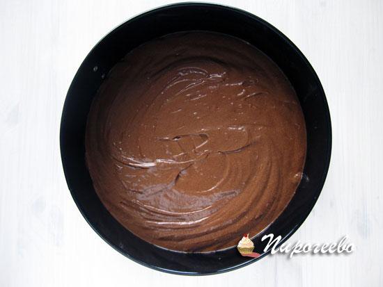 Выложить шоколадное тесто в форму