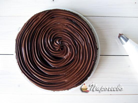 Намазать кремом шоколадный корж