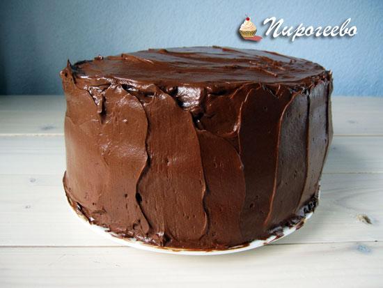 С помощью шпателя или кондитерской лопатки выровнять торт