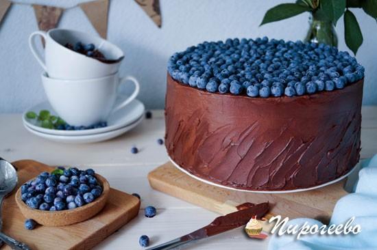 Торт, украшенный ягодами