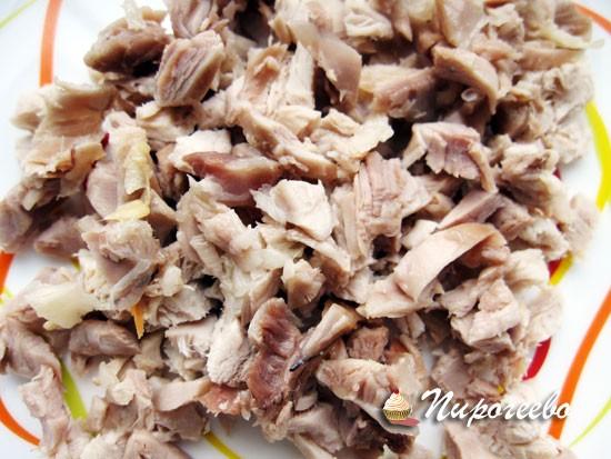 Добавить мелко нарезанное мясо в тесто и перемешать