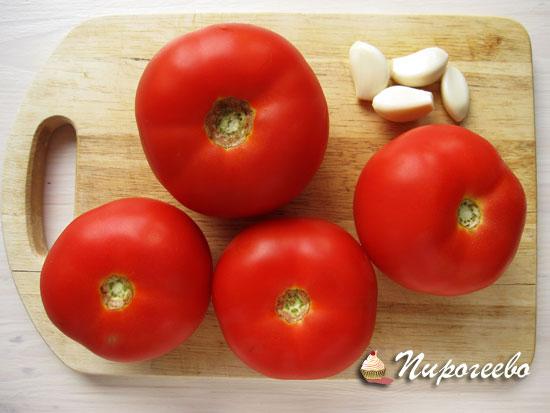 Помыть помидоры и помыть зубчики чеснока