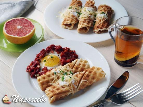 Вафли с яйцом и томатным соусом на завтрак