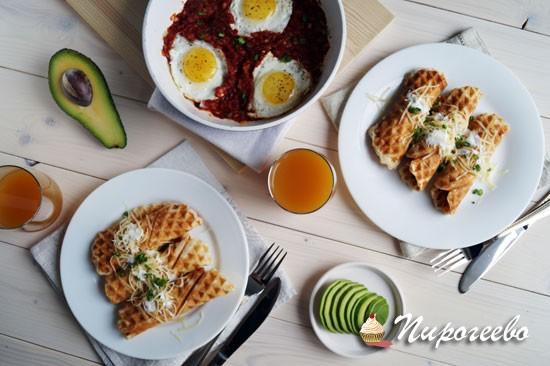 Вкусный завтрак - вафли с яйцом