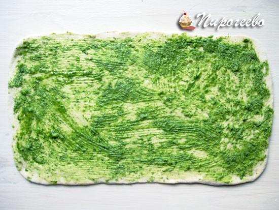 Намазать багет зеленью