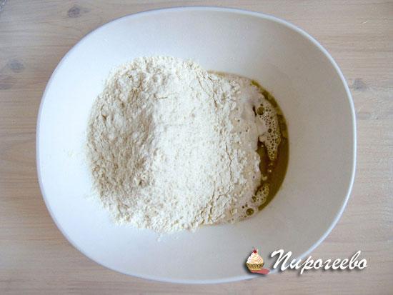 Замесить тесто для пиццы из муки, дрожжей и растительного масла