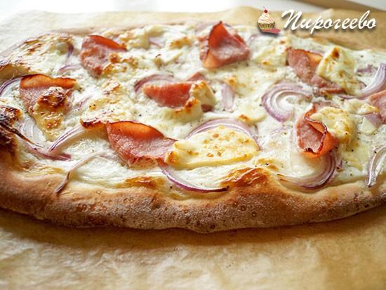 Рецепт тонкой пиццы с ветчиной и красным луком